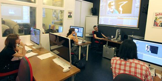 La durée et les intervenants de haut niveau permettent de progresser sur After Effects, au sein de petits groupes - formation avec Tomas Clergiot, juillet 2012 - Video Design Formation, Paris.