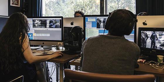 Formation Avid Media Composer : chaque stagiaire travaille sur une station avec retour vidéo.