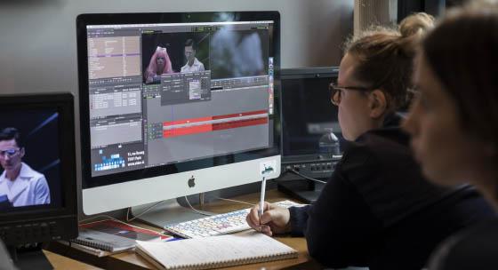 Chaque stagiaire travaille sur une station Avid avec écran 27 pouces, boîtier entrées/sorties HD/4K et monitoring vidéo temps réel fluide.