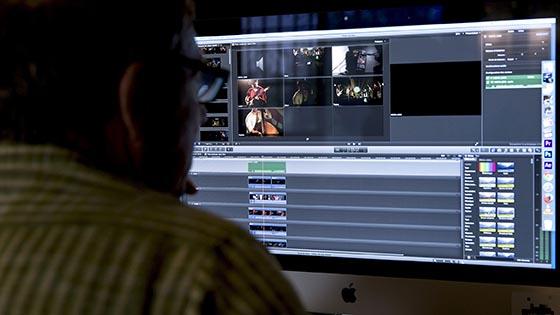Chaque stagiaire en formation Premiere Pro a une station moderne, avec écran 27 pouces + moniteur vidéo, et un casque.