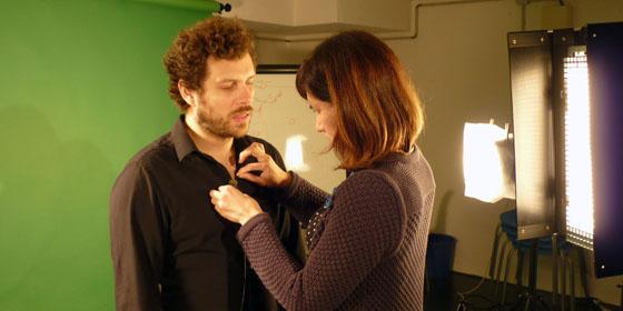 Préparation d'une interview sur fond vert avec micro HF
