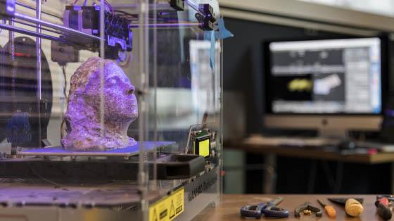Tête imprimée par notre imprimante 3D filaire... accompagnée des petits outils manuels pour finaliser les objets imprimés.