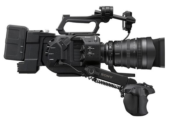 Sony FS7 avec la poignée téléscopique, l'adaptateur XDCA-FS7 et une batterie.
