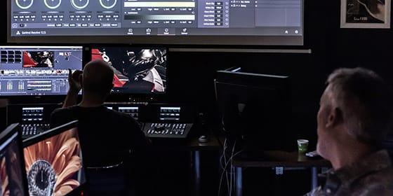 Une salle de formation spéciale étalonnage équipée d'une station DaVinci complète avec les surfaces de contrôle.