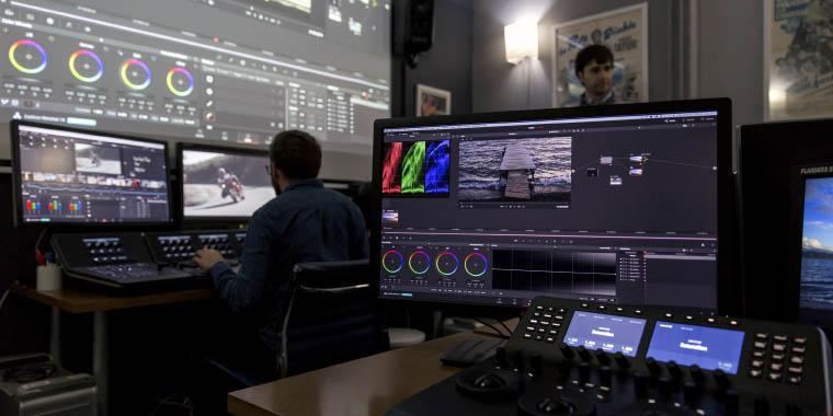Une salle de formation spéciale étalonnage équipée d'une station DaVinci complète avec les 3 modèles de surfaces de contrôle.