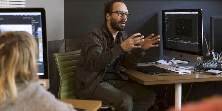 Stéphane Prince, truquiste, motion designer et formateur After Effects, ici en en train d'enseigner à Video Design Formation
