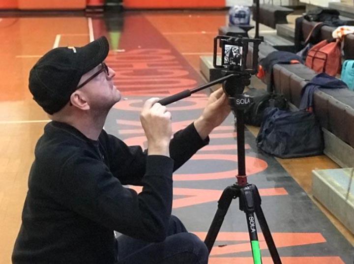 """Le cinéaste Steven Sorderberg en plein tournage """"caméra stylo"""" avec un iPhone, sur la fiction High Flying Bird"""